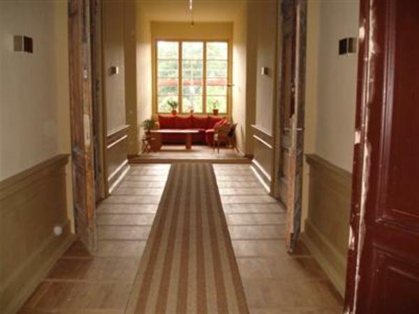 idée-déco-de-couloir-couloir-long-avec-un-coin-aménagé-sous-une-grande-fenêtre-