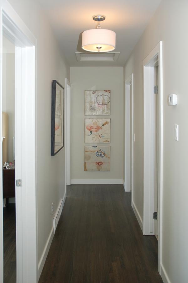 idée-déco-de-couloir-design-blanc-peintures-abstraits-en-face-de-l'entrée