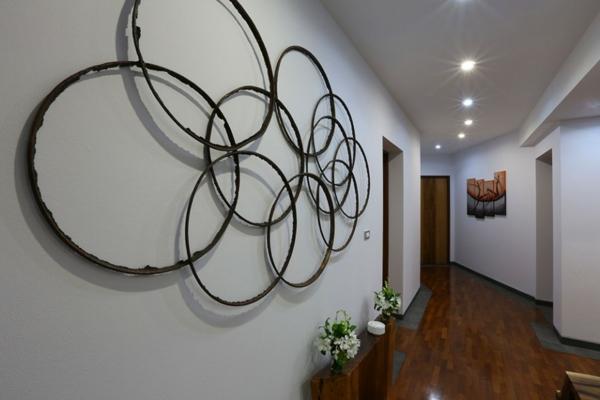idée-déco-de-couloir-installation-murale-avec-des-anneaux-petite-étagère-qvec-des-fleurs