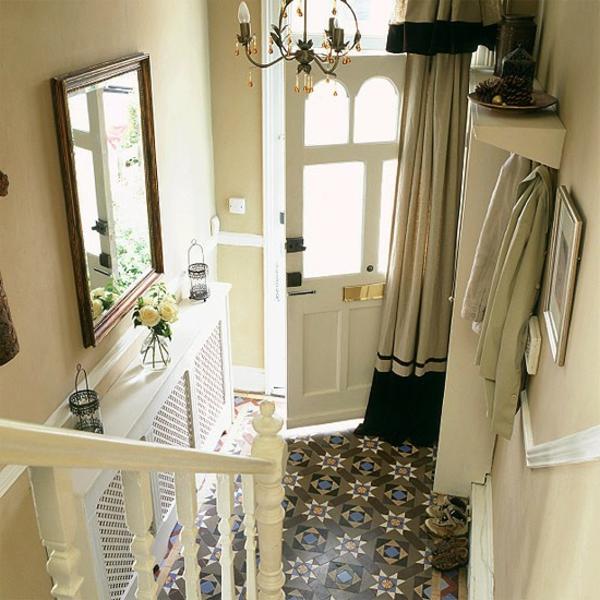 idée-déco-de-couloir-petite entrée-sympa-un-carrellage-avec-des motifs géométriques-du-plancher