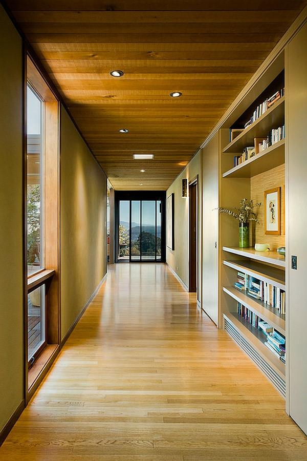 idée-déco-de-couloir-plafond-de-bois-une-librairie-personnelle