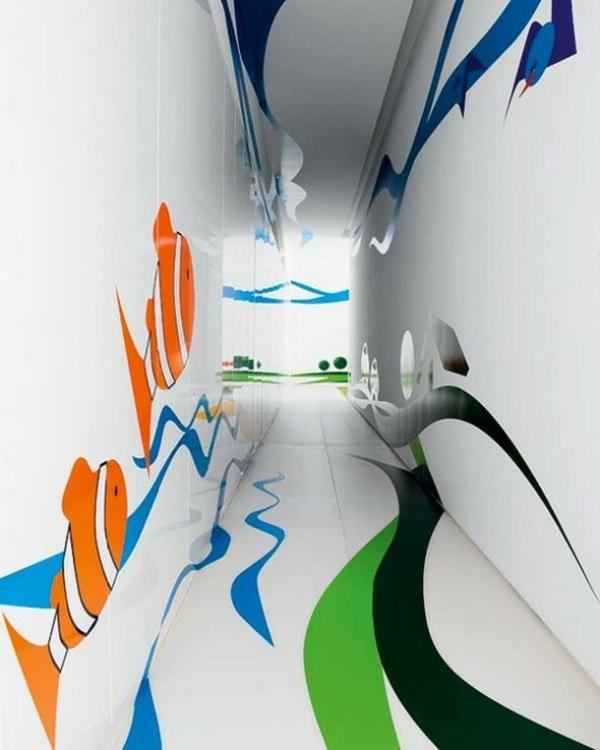 idée-déco-de-couloir-poissons-clowns-sur-un fond-blanc-des-murs-design-moderne