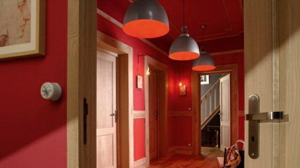 idée-déco-de-couloir-trois-lampes-et-murs-tout-en-rouge
