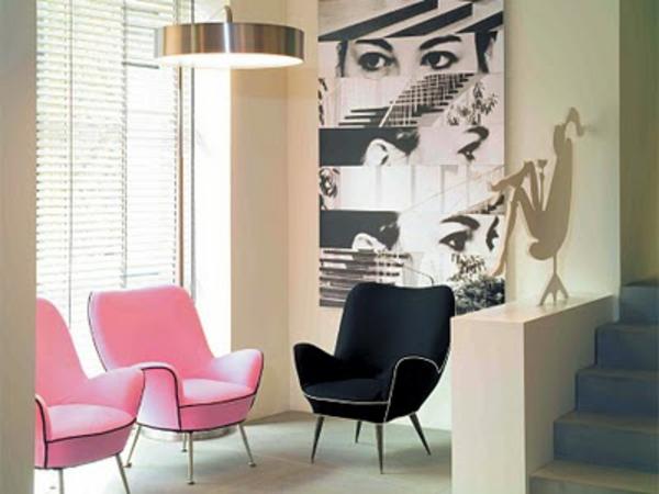 idée-déco-de-couloir-un escalier-chaises-en-rose-et noir, papier-peint-noir-et-blanc