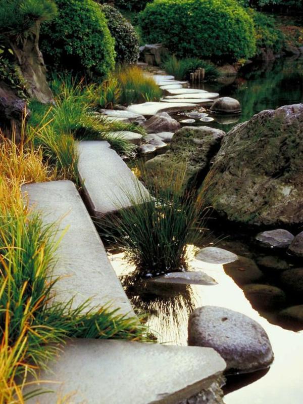 ... est un symbole pour le jardin japonais, entourer de plantes originales