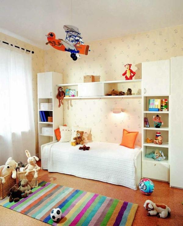 lit-d'enfant-avec-tiroirs-couleurs-vives-beaucoup-de-jouets