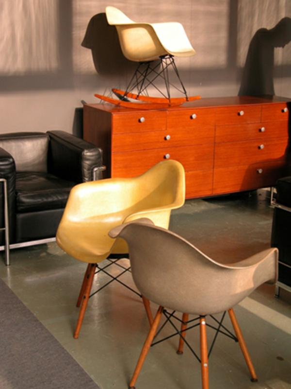 meuble-vintage-chaises-jolies-et-buffet-orange