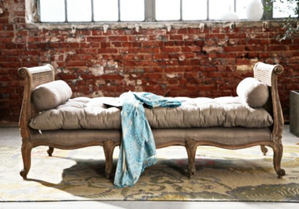 meuble-vintage-divan-près-d'un-mur-en briques