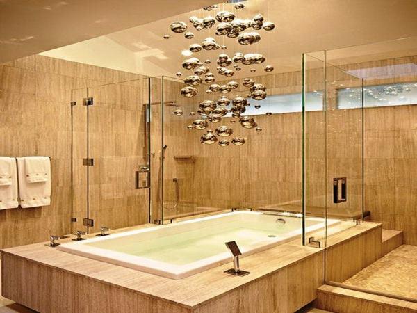 plafonnier-salle-de-bains-baignoire-luxueuse-avec-des-lampes-pendantes-superbes