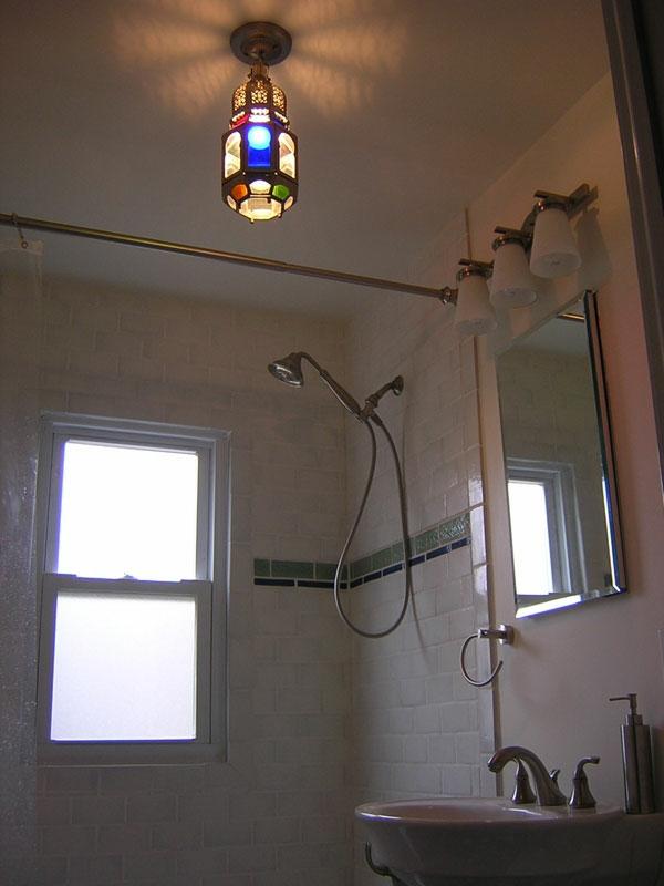 plafonnier-salle-de-bains-decor-multicolore-du-luminaire-miroir-avec-des-lampes