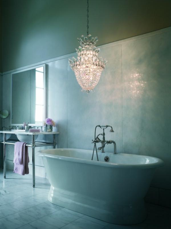 plafonnier-salle-de-bains-lampadaire-au-dessus-de-la-baignoire-ambiance-calmante