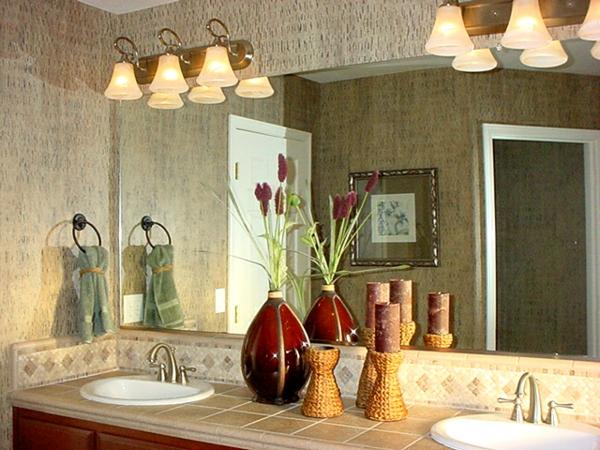 plafonnier-salle-de-bains-miroir-large et vases