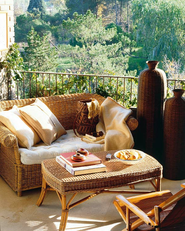 plantes-grimpantes-balcon-grille-fauteuil-de-ratan-resized