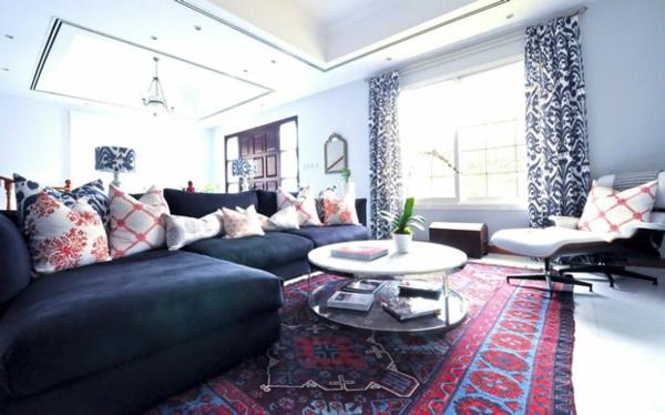 salon-décration-original-canapé-bleu-table-coussins-rideuax-blan-et-noir