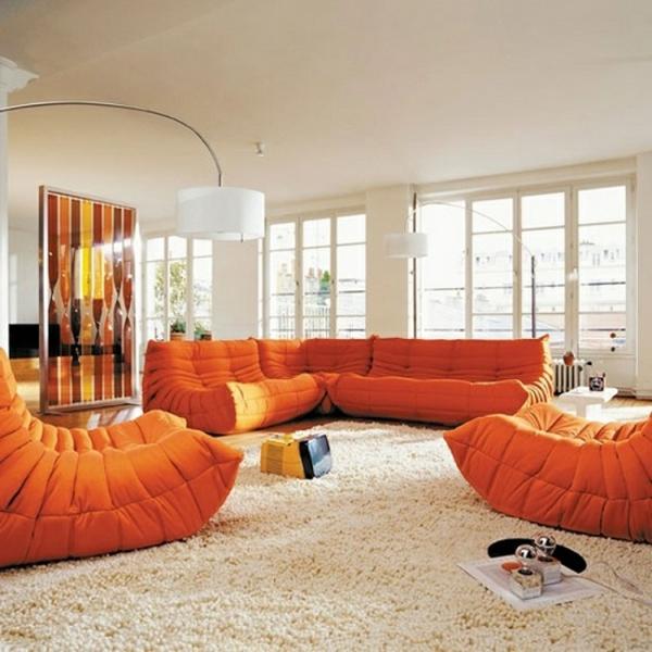 tapis-poil-long-canapes-oranges-poufs-resized