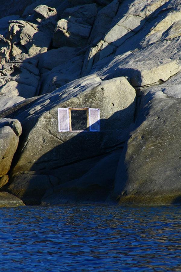 trompe-l'oeil-fenêtre-peinte sur-les-rochers