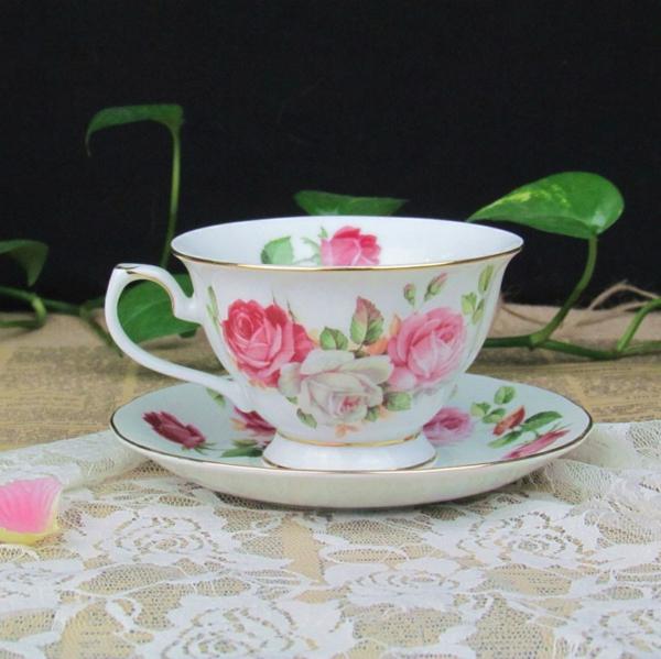 une-table-cuisine-avec-rangement-detasse-en rose