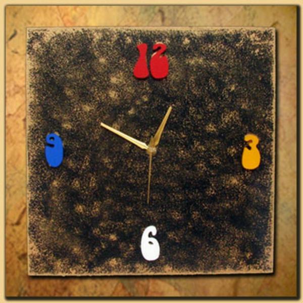 pendule-d' enfant-de-bois-avec-des-chiffres-multicolores