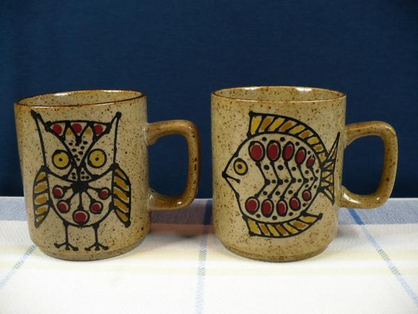 le-tasses-à-café-design-deux-tasses-céramiques-avec-un-hibou-et-un-poisson
