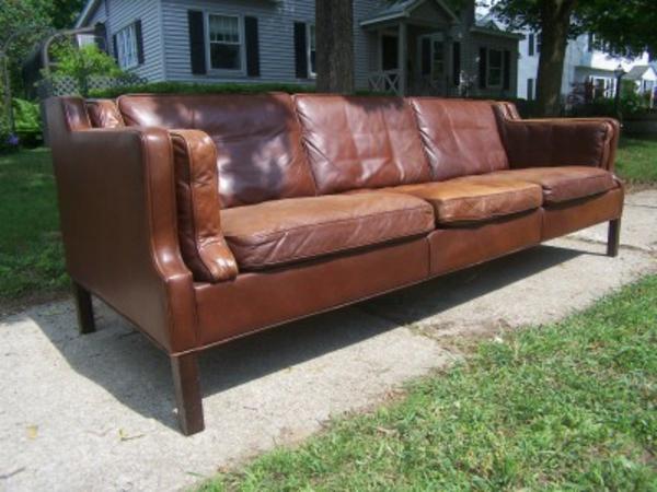 canapé-de-cuir-vintage-de-trois-places-et-avec-beaucoup-de-coussins