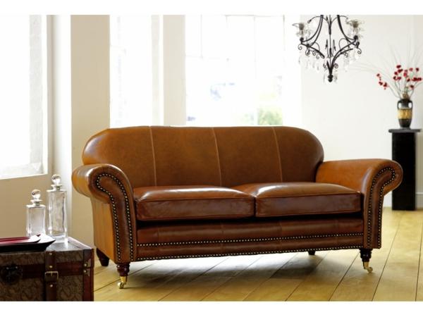 canapé-de-cuir-vintage-luisant-et-un-plafonnier-originel-au-dessus