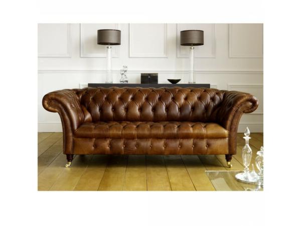 canapé-de-cuir-vintage-bouffant-et-deux-lampadaires-au-dessus