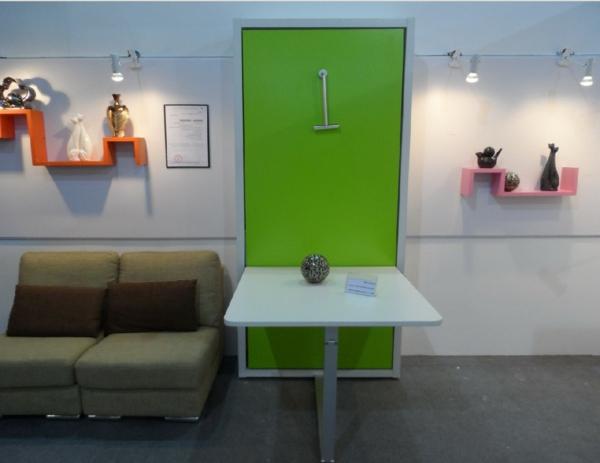 table-murale-rabattable-et-des-étagères-avec-des-objets-de-décoration