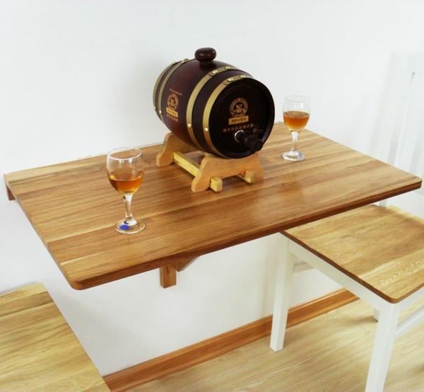 table-murale-rabattable-de-bois-un-tonneau-de-bière-avec-deux-tasses