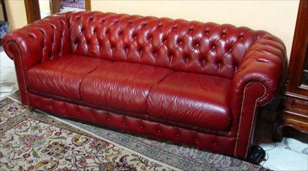 canapé-de-cuir-vintage-rouge-de-trois-places