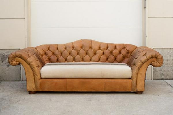 canapé-de-cuir-vintage-bouffant-avec-un-matelas