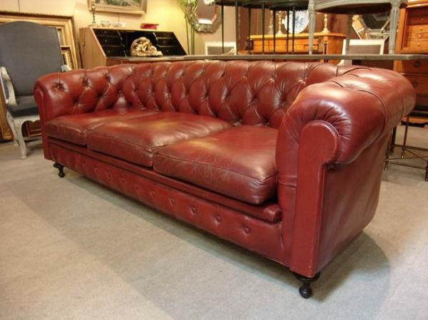 canapé-de-cuir-vintage-dans-un-hall-avec-d'autres-meubles
