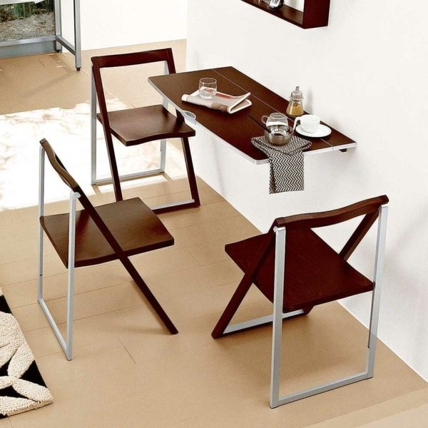table-murale-rabattable-étroite-et-des-chaises-repliables-près-d'elle