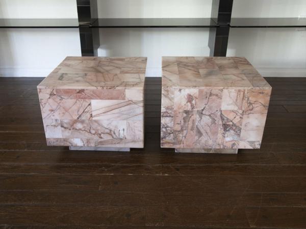 Le-marbre-et-le-design-contemporain-deux-tabourets-en-marbre