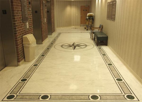 Le-marbre-et-le-design-contemporain-un-couloir-de-sol-marbré
