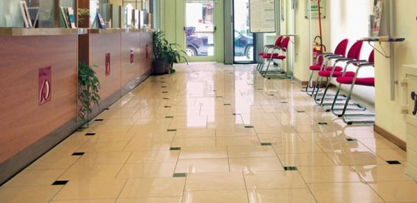 Le-marbre-et-le-design-contemporain-un-hall-d'entrée-le-sol-en-marbre