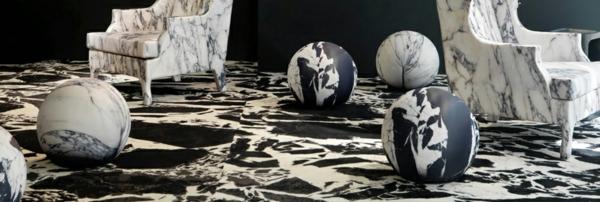 Le-marbre-et-le-design-contemporain-un-sol-avec-des-chaises-et-une-décoration-tout-en-marbre