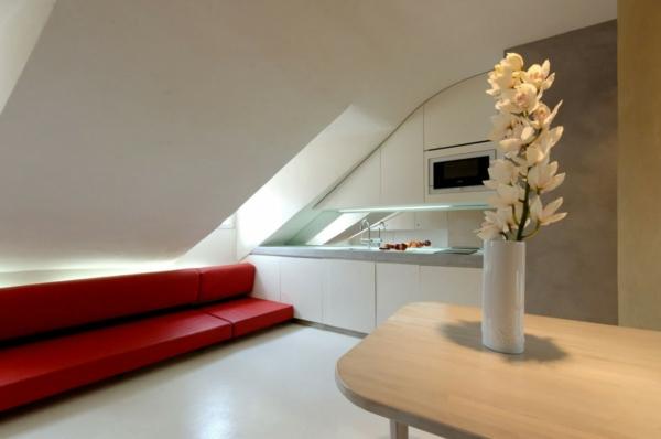 aménager-ses-combles-une cuisine-vec-un-divan-rouge