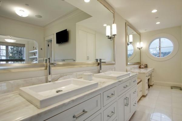 Une armoire de salle de bain avec miroir pour le style de - Cadre pour salle de bain ...