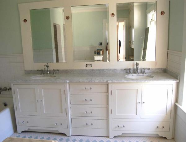 armoire-de-salle-de-bain-avec-miroir-en-bois