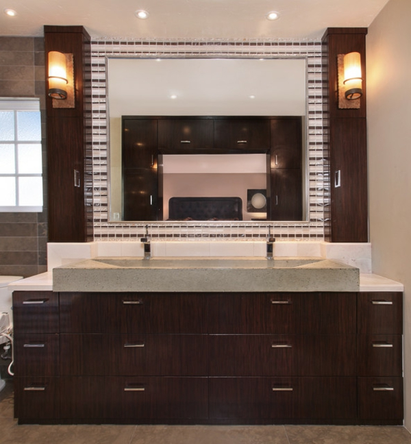 armoire-de-salle-de-bain-avec-miroir-et-deux-lampes