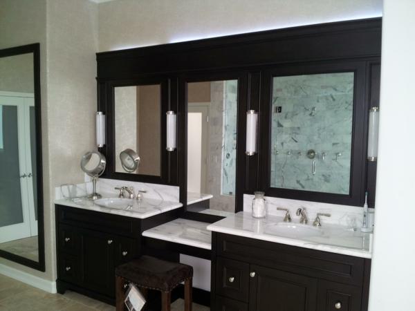 armoire-de-salle-de-bain-avec-miroir-et-du-granit-en-blanc
