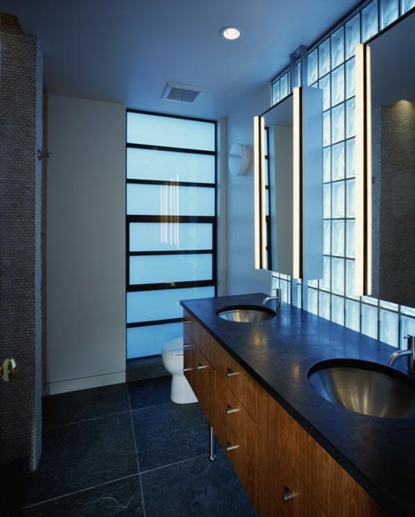 armoire-de-salle-de-bain-avec-miroir-et-luminage-encastré-au-plafond