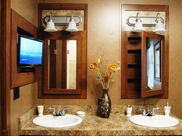 armoire-de-salle-de-bain-avec-miroir-et-un-évier-marbré