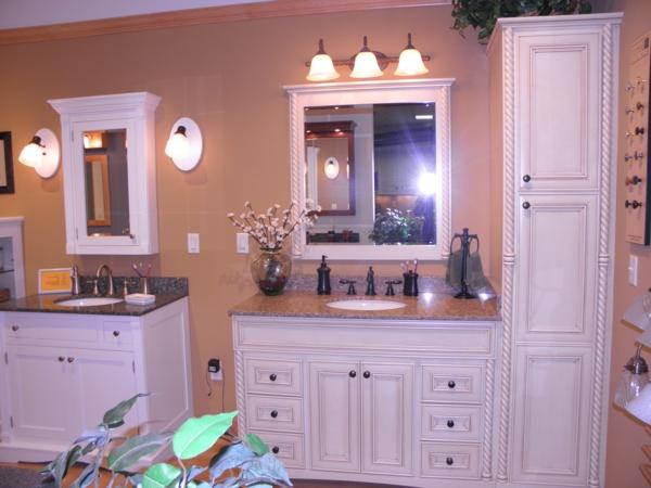 armoire-de-salle-de-bain-avec-miroir-une-salle-de-bain-charmante