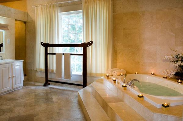 baignoire-encastrable-avec-une-construction-comme-escalier