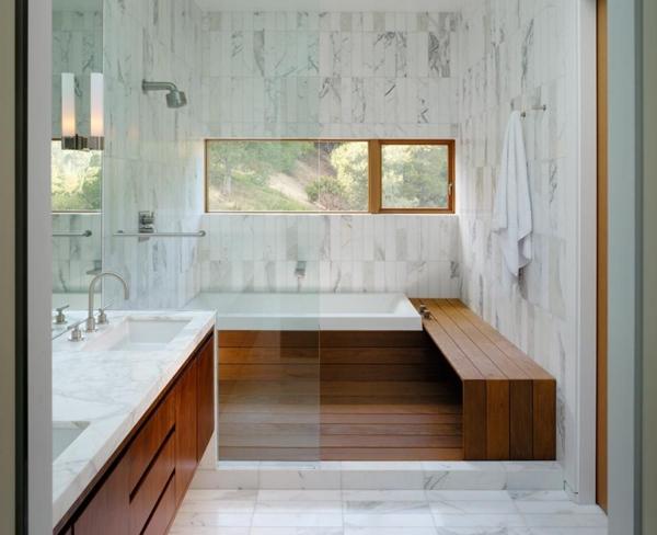 baignoire-encastrable-rectangulaire-dans-un-intérieur-en-bois-et-marbre
