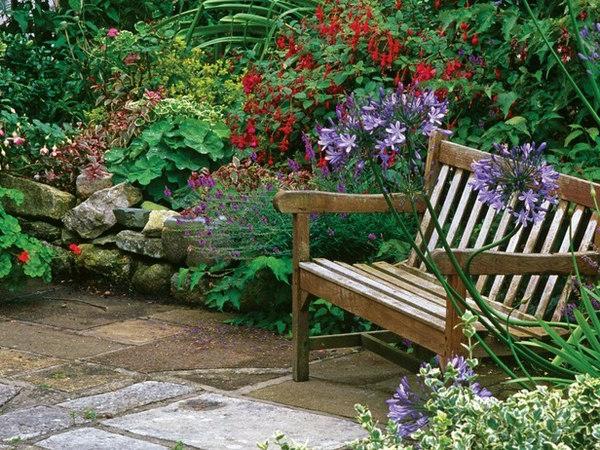 banc-du-bois-pour-la-décoration-de-jardin-