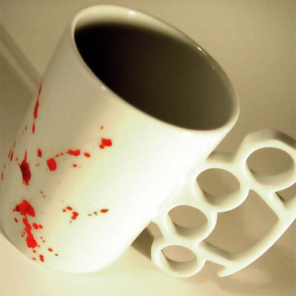 le-tasses-à-café-design-une-tasse-aux-taches-écarlates