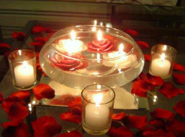 bougie-fleur-flottantes-dans-une-boule-d'eau-et-petales-de-roses