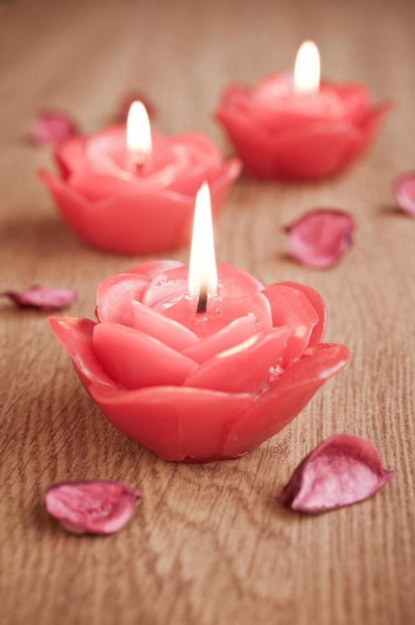 Bougies fleurs en composition avec des fleurs fraîches